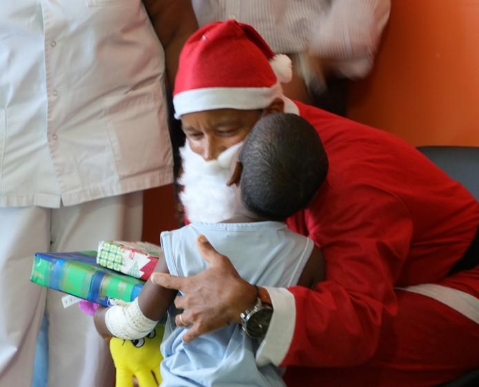 Le Père Noël rend visite aux enfants hospitalisés au GHER